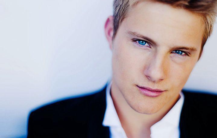 chico rubio con ojos azules