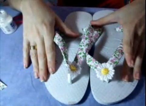 Decorar sandálias havaianas com estampa liberty pode ser uma opção para o seu verão ou carnaval. Mudar a cara da sua sandália básica a fim de torná-la mais alegre e floral para a estação.