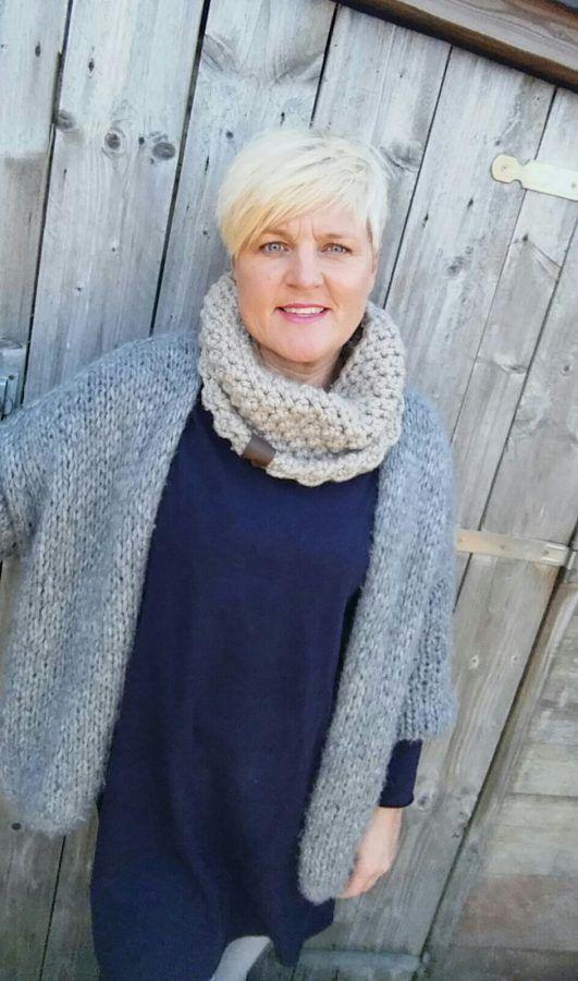 Ik heb een hele leuke col sjaal gemaakt met een super leuk steekje :) Deze sjaal maak je met 1 bol garen en het is een heerlijk snel project. De gerstekorrel ken je waarschijnlijk al, maar dan in de gebreide variant. Je kunt de gerstekorrel ook haken en wat zo ontzettend leuk is aan deze steek is dat hij aan beide kanten heel mooi en verschillend uitpakt. Zo kun je de col dus ook aan twee kanten dragen! Hoe leuk is dat…