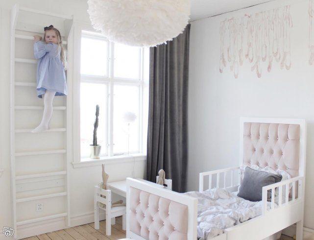 Vi har några möbler som vi har använt som skyltex och vid fotografering som vi nu säljer till fantastiska priser. Estelle sängen har en defekt / reva på ena benet som knappt syns och enkelt kan målas över med vit färg.   1) Vår underbara Estelle säng...