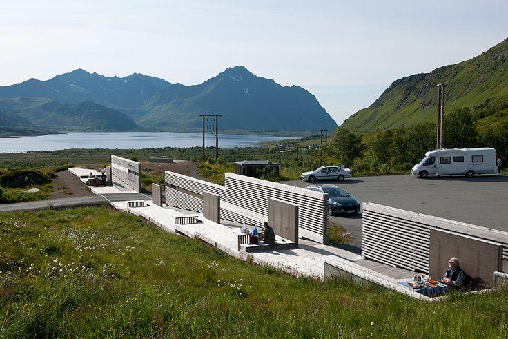 Torvdalshalsen rasteplass, Vestvågøya. Architect: 70Nord - Gisle Løkken. Photo: Jiri Havran