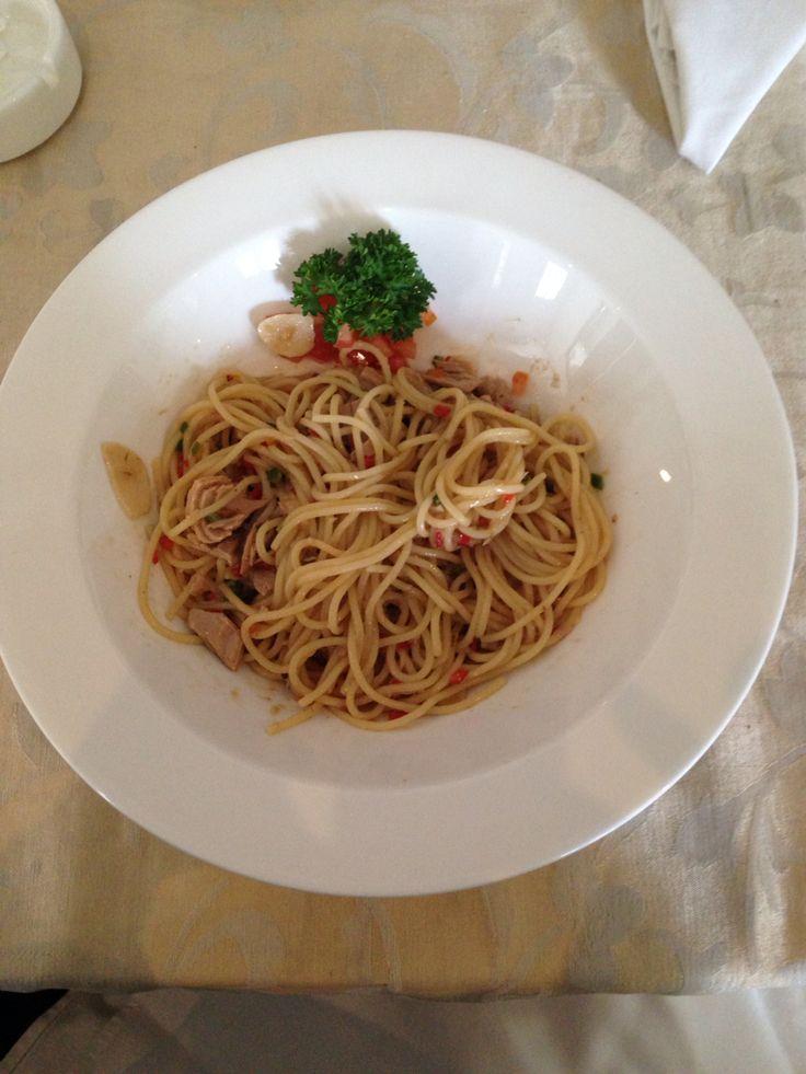 Mild spicy spaghetti aglio olio with tuna chunks