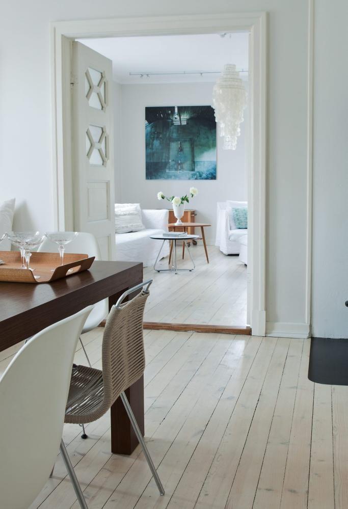 MYKE AKSENTER: Sofa, lenestol og puff er fra Ghost-serien til italienske Gervasoni. Se hvordan et par enkle, men tydelige fragenyanser som et bilde, ett møbel i en annen farge eller en pute løfter frem rommet.