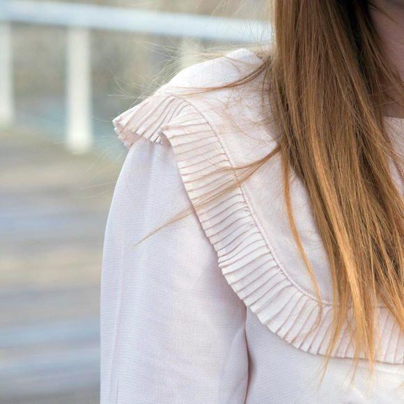 Une blouse volantée pour un look romantique >> http://www.taaora.fr/blog/post/ou-trouver-blouse-volantee-chemise-volants-devant-style-romantique #blouse #volants #outfit
