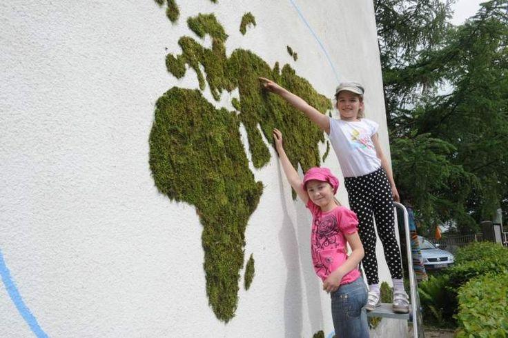 Mech to ciekawy materiał, wykorzystywany przez artystów, do ocieplenia przestrzeni miejskiej. Coraz popularniejsze staje się np. graffiti z mchu. Zobaczcie niektóre przykłady takiego street-art'u.
