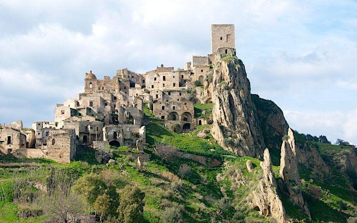 IlPost - Craco, Italia - A causa di una frana, nel 1963 il piccolo borgo di Craco, in Basilicata, fu evacuato, e gli abitanti si trasferirono a valle, a Craco Peschiera. Fu la piazza centrale a essere particolarmente colpita. Nel 2011 il comune ha istituito un percorso per le visite guidate, che permette ai turisti di visitare questa città fantasma. (a href=http://www.flickr.com/photos/44460990@N04/8544667633/Drumsara/a)