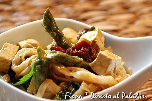 Curry de tofu y espárragos verdes