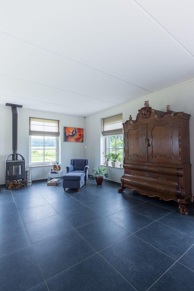 Belgisch hardsteen look keramische tegels voor in de woonkamer. Ideaal wanneer u bang bent voor het onderhoud van een echte natuursteen.