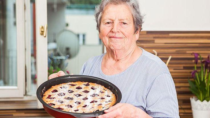 Křehké linecké těsto, letní ovoce a navrch ozdobná mřížka. Tenhle klasický koláč dělává snad každá babička a ta naše, babička Pechová, není výjimka. Dáte si taky?