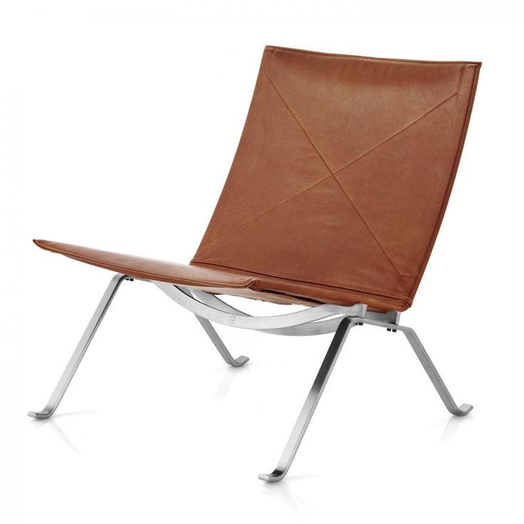 """Den diskreta och eleganta fåtöljen PK22™ symboliserar Poul Kjærholm's sökande efter den ideala formen och industriella dimensionen, som alltid är närvarande i hans arbete. Profilen på ramens struktur påminner om hans examensarbete, """"Element Chair"""" (PK25™), från School of Applied Arts i Köpenhamn.PK22™ blev en omedelbar, kommersiell framgång när den kom år 1956. Den vart prisbelönad under Grand Prix på Triennale i Milano, världens främsta designmässa året efter. Detta erkännand..."""
