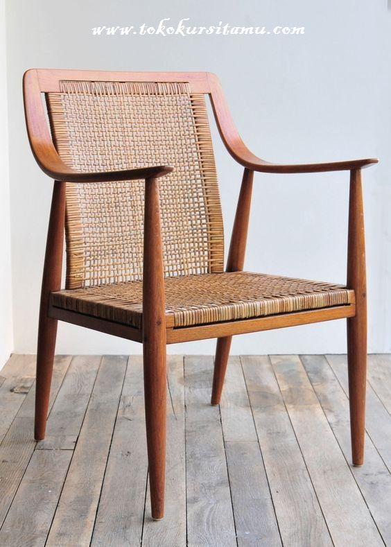 Kursi Cafe Dan Restoran Kombinasi KCF-020 memiliki tampilan menarik nan menawan terbuat dari kayu jati dikombinasikan dengan anyaman rotan.