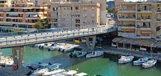 Siete años después de su inauguración (2004) el puente de Riuet de Porto Cristo (Manacor) comenzó a ser derriba-do. Desde su inauguración no estuvo exento de polémica, ya que la estructura se encontraba peligrosamente cerca de las viviendas más cercanas. Era tal la cercanía que mu- chos vecinos ni siquiera podían abrir las ventanas y otros tantos vieron devaluados sus inmuebles 1,1 millones € + lo que ha costado derribarlo MANACOR - MALLORCA