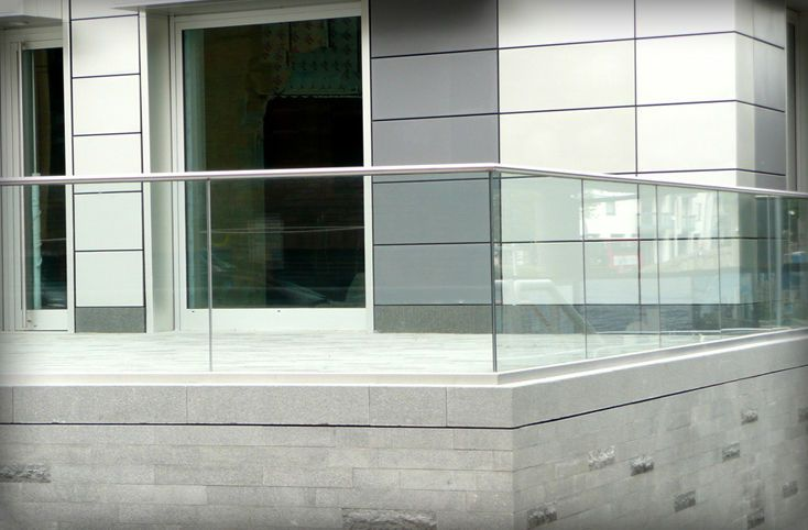 Glass railing with metal handrail stratford elite for Balustrade en verre exterieur