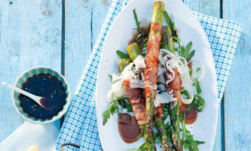 Dit is een heerlijk zomers gerecht, niet moeilijk om te maken en staat binnen 20 minuutjes op tafel. http://www.vriendin.nl/koken/recepten/7269/recept-voor-salade-met-in-ham-verpakte-gegrilde-asperges