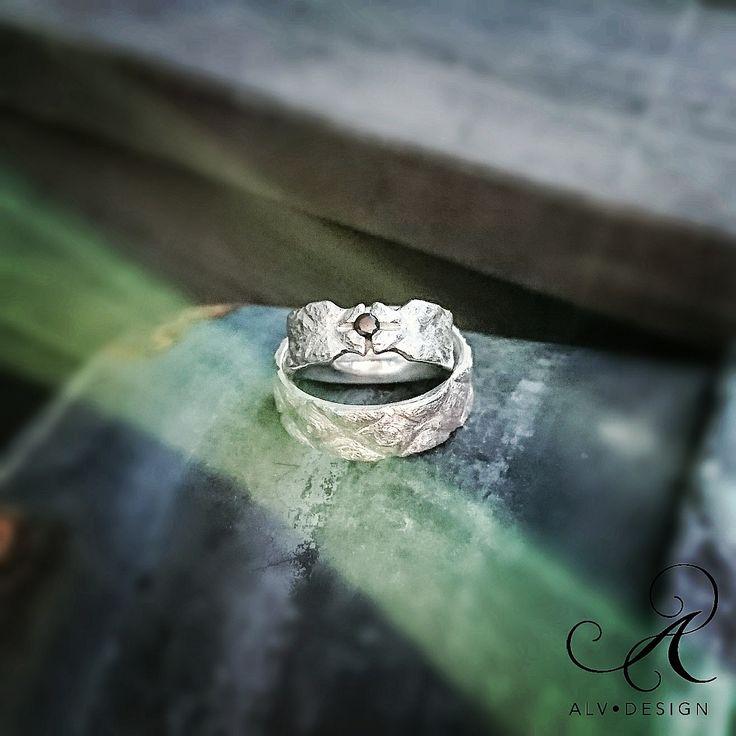 Vackra FREJ med svart diamant 0,10 ct i ny design, handarbetad i klassiskt silver med ett härligt sirgligt mönster samt stjärninfattning runt diamanten.  Välkommen att se mer i webbutiken www.alvdesign.se  Kan även beställas med TW diamant. Design och arbete av konstnär & silverdesigner Kenneth Lindström, Alv Design. Medlemmar i Svenska konstnärsförbundet.