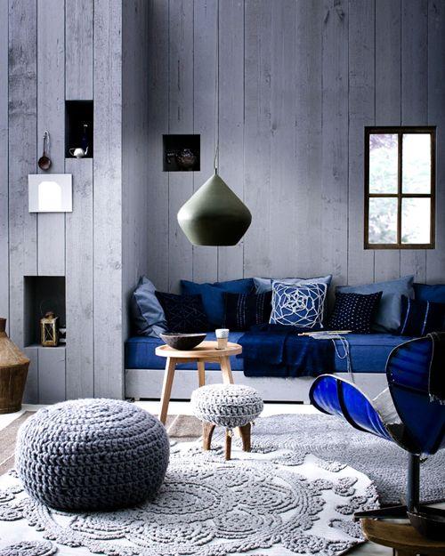 青とグレーの2色で構成された、クールな雰囲気のお部屋。種類の違うラグが敷いてあったり、床に置かれたクッション等で暖かみもあります。