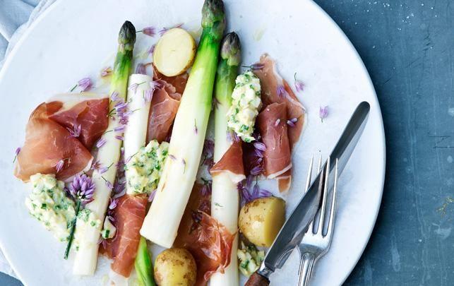 Se, hvordan du laver hvide asparges med tørret skinke, nye kartofler og boznersauce