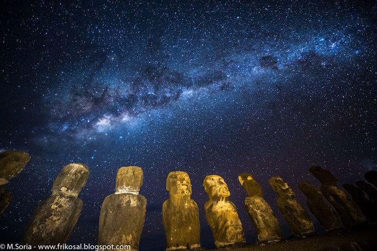 Moais de Isla de Pascua, iluminados  por la banda central de nuestra galaxia, la Vía Láctea. Foto tomada el 2009 y subida por la NASA este 18/06/2012 en su web apod.nasa.gov
