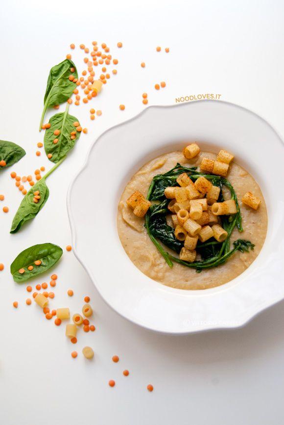 Crema di lenticchie rosse con gambi di spinaci e tubetti