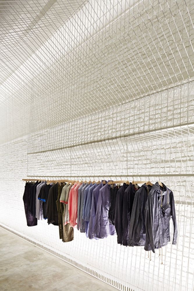 ファッションブランド「pas de calais」の米国におけるフラッグシップショップ。売り場もブランド力の1つと考え、ギャラリーのイメージでデザインした。天井高4.7m、幅27mの大空間に、織物の機械に糸を張った様子を1000本以上の白いワイヤーで描き出した。