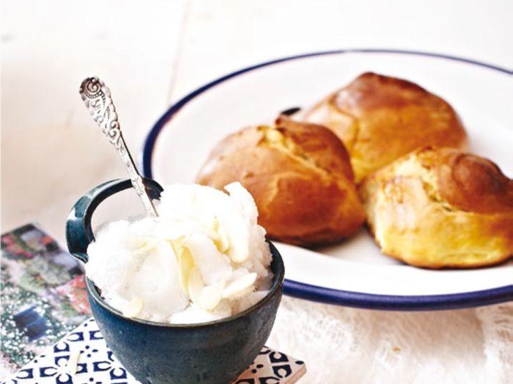 Granita di mandorle con brioche siciliana è un dolce tipico della pasticceria sicula. Scoprite come prepararlo a casa vostra.