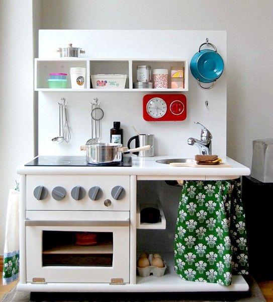 Love, love, LOVE this old fashioned kitchen.  DIY play kitchen sets from recycled furniture
