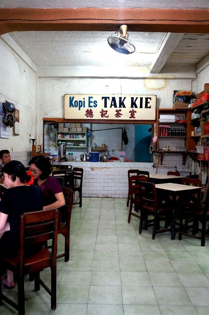 Kopi Es Tak Kie is the Gloria alley's most-famed eatery, with its classic wooden chairs dating back to 1927. Photo by Keshie Hernitaningtyas.