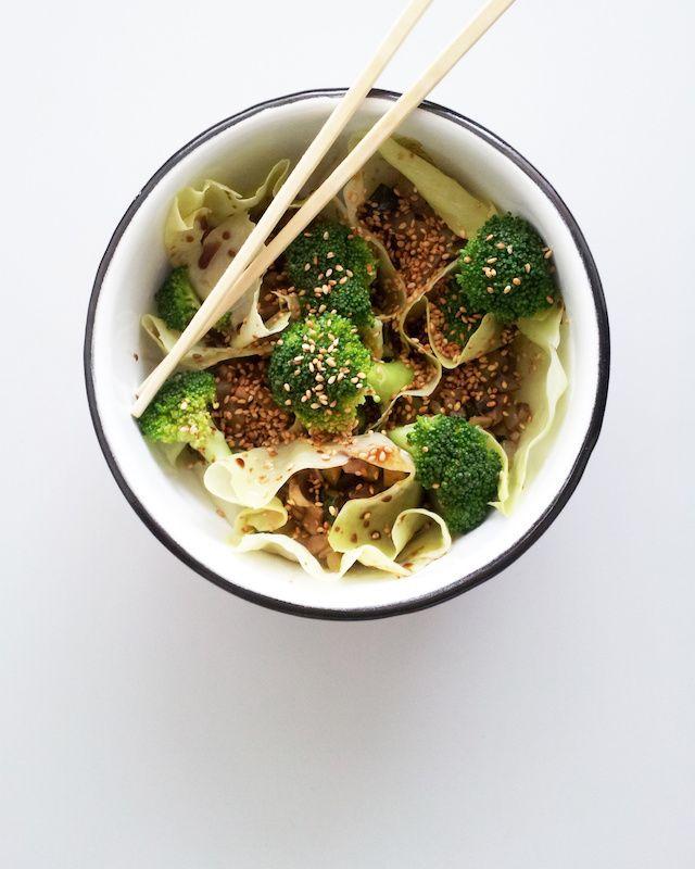 Juliana con Sal | Delicioso Blog de Cocina : Bowl al vapor de canoítas de repollo rellenas de guiso de champiñones y vegetales, acompañadas de brócoli.