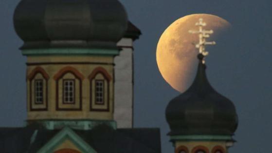Mondfinsternis 2015: Imposante Kuppeln ragen vor dem Blutmond in die Höhe