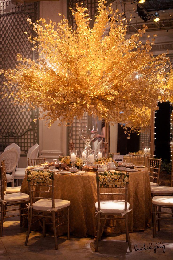 """Gran centro de mesa alto de flores secas en un alegre tono amarillo. Las flores tanto secas como frescas recrean una escena llena de vida y mucho color. """"Signature Style"""" by Martín Roig"""