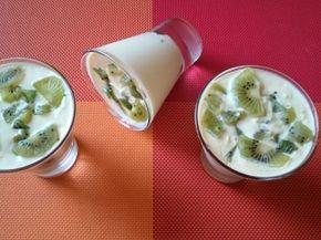 Творожный десерт с апельсином и киви.