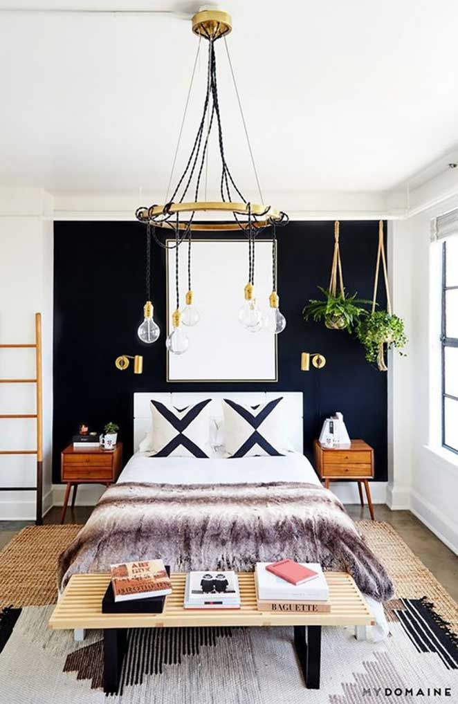 Invista em lustres que têm um caimento mais bonito e clássico, ao invés de manter as luzes sempre presas perto do teto.