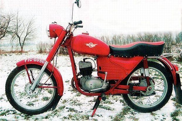 WSK M06 to najdłużej produkowana rodzina polskich motocykli. Pierwszy powstał w 1953 r., ostatni wykonano w 1985 r