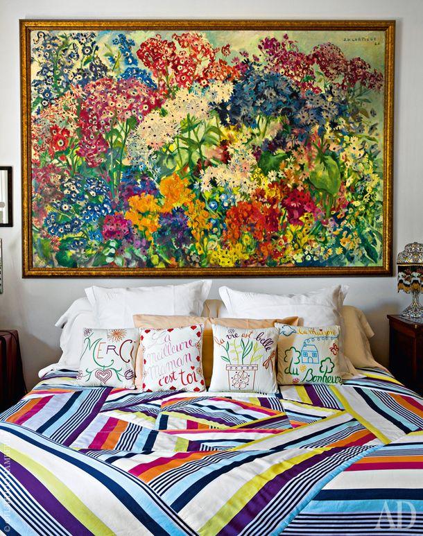 Фрагмент главной спальни. На кровати текстиль Karlin, Missoni Home, и вышитые подушки, Fragonard. Настене картина Жака-Анри Лартига.