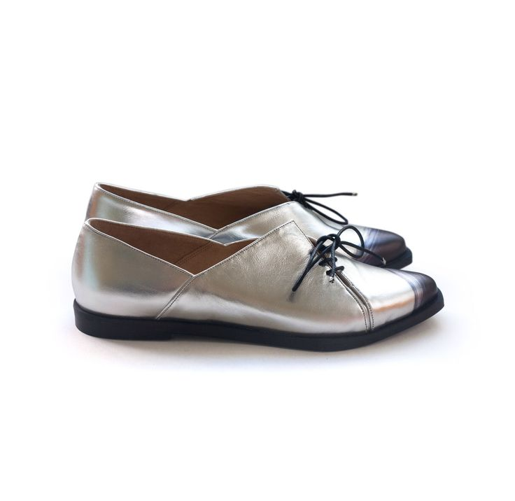 Women's silver shoes, oxford shoes, handmade shoes. Women's shoes, leather handmade shoes by Liebling on etsy. Free shipping. Teddy shoes. de LieblingShoes en Etsy https://www.etsy.com/es/listing/269337744/womens-silver-shoes-oxford-shoes