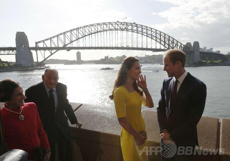 外遊先の豪シドニー(Sydney)に到着後、オペラハウス(Opera House)前で開催された歓迎式典に出席した英国のウィリアム王子(Prince William、右)とキャサリン妃(Catherine, Duchess of Cambridge、中央、2014年4月16日撮影)。(c)AFP/POOL/Jason Reed ▼16Apr2014AFP|ウィリアム英王子一家、NZから豪州入り http://www.afpbb.com/articles/-/3012781 #Sydney #PrinceWilliam #Catherine #DuchessofCambridge