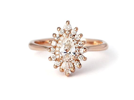 The pear-shaped composition of the Rhapsody ring is, as its name suggests, a work free in form and inspiration. Pear diamonds are as unique in