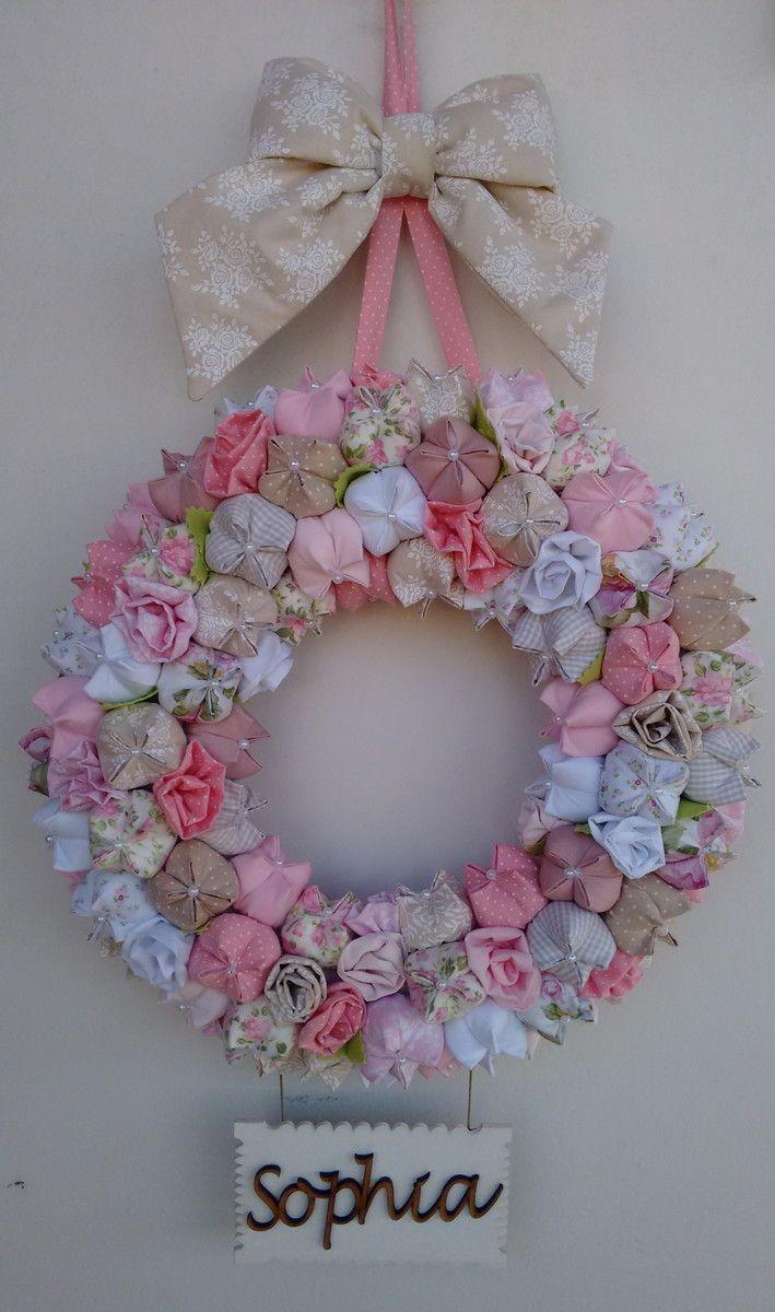 Guirlanda de flores, tulipas e botoes confeccionada em tecido c/ cerca de 105 flores, placa e nome da criança em MDF. <br>Para porta de maternidade e ou quartinho da criança. <br>Medidas: 67 x 38 (comprimento x largura) <br> <br>Pode ser confeccionada em outras cores.