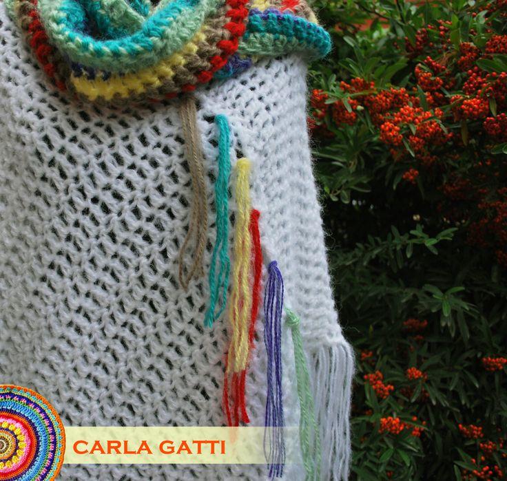 Poncho Paloma. Tejido en crochet con lana mohair color blanco. Con cuello multicolor. Se puede usar con o sin el cuello!! Por consultas comunicate conmigo, visitando mi blog: carlagatti.blogspot.com.ar y mi Facebook: Carla Gatti Patagonia Tejidos
