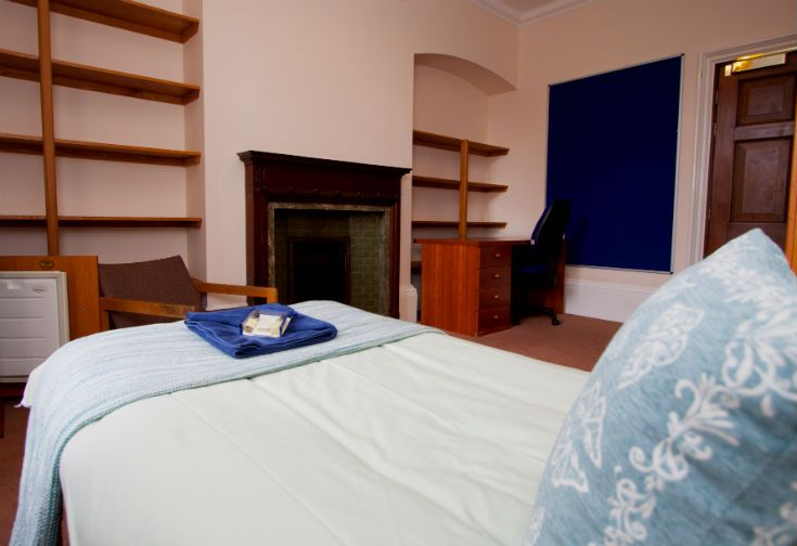 University College Oxford has both single and double B&B rooms right in the heart of historic Oxford. Details at www.univ.ox.ac.uk