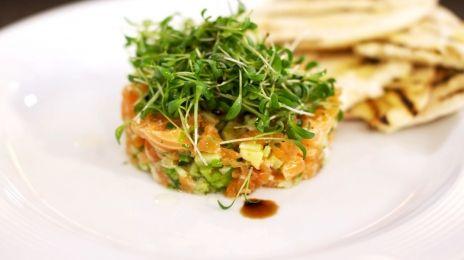 Eén - Dagelijkse kost - tartaar van rauwe en gerookte zalm met avocado en komkommer | Eén