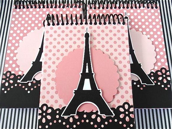 Lindos bloquinhos medida 10x15 cm forrados e decorados em papel para scrapbooking com apliques de Torre Eiffel. 100 folhas. Consulte-nos para outras opcoes de cores e fitas. Inclui embalagem de celofane e fita de cetim. Pedido minimo: 10 unidades. Tags sao vendidos separadamente. R$ 12,00
