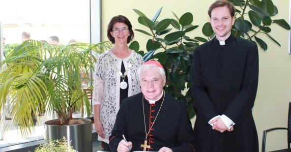 Kardinal Gerhard-Ludwig Müller trägt sich in Goldene Buch der Stadt Maxhütte-Haidhof ein