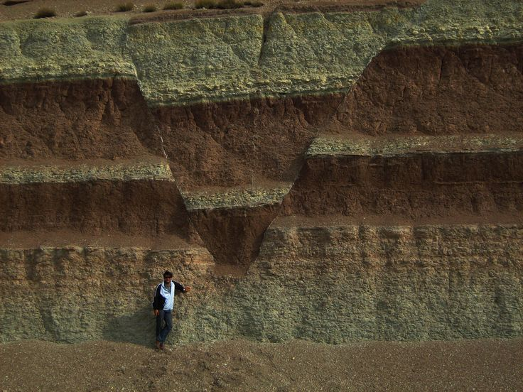 Graben esto en su memoria. Normal faults defining a graben in Iran