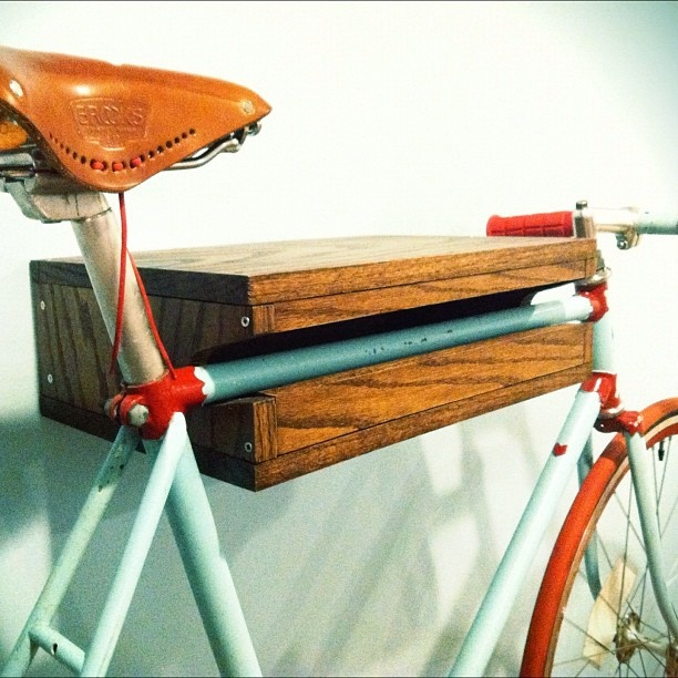 Wall mounted shelf for a bike. I am so building one of these ASAP. #fixedgear #cycling #bikes