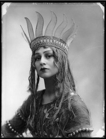 "Alexander Bassano - Christine Silver (Mrs Roland Sturgis) as Titania in "" A Midsummer Night's Dream "", 1913.Photos, Night Dreams, Christine Silver, Vintage, Titania, Head Piece, Midsummer Night, 1913, Alexander Bassano"