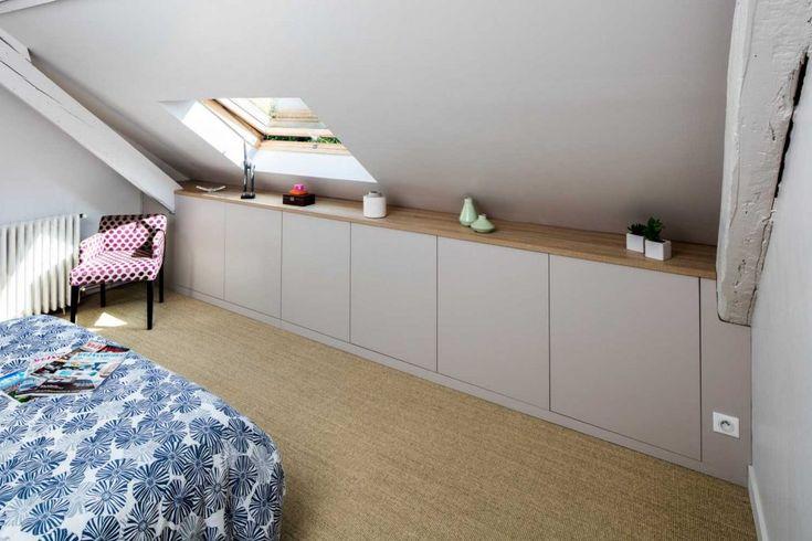 Composition de meubles sur-mesure de chambre sous les toits – vue du placard sou…