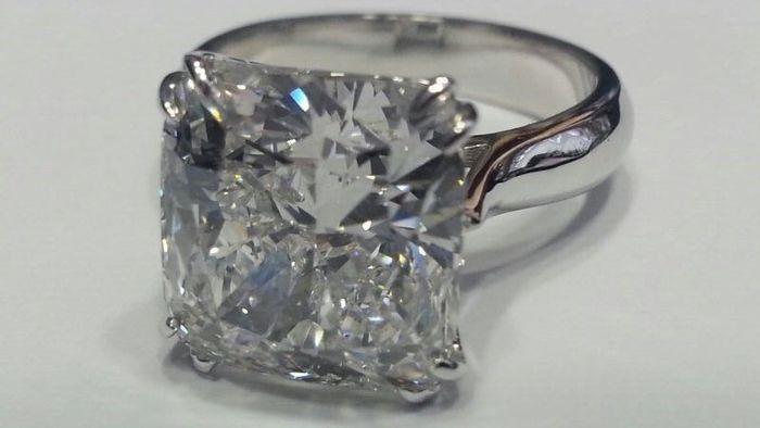 Catawiki Online-Auktionshaus: Weißgoldener Ring mit 1 Diamant im Kissenschliff von 7,5kt - E VS2