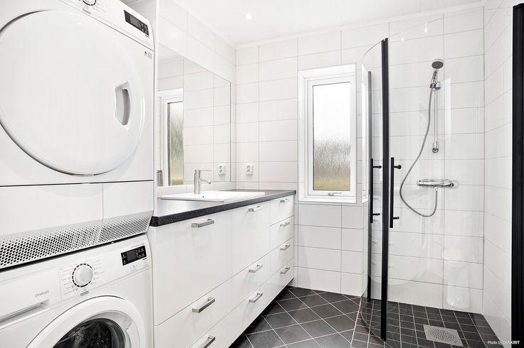 Helkaklat badrum. Här finns även tvättmaskin och torktumlare