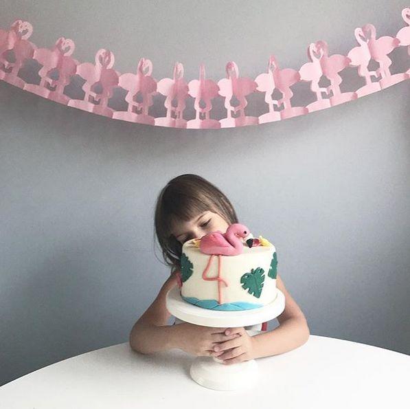 Flamingo birthday party - cake and girland